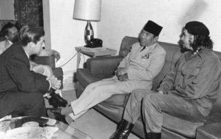Soekarno dengan gaya duduk percaya diri bersama Che Guevara